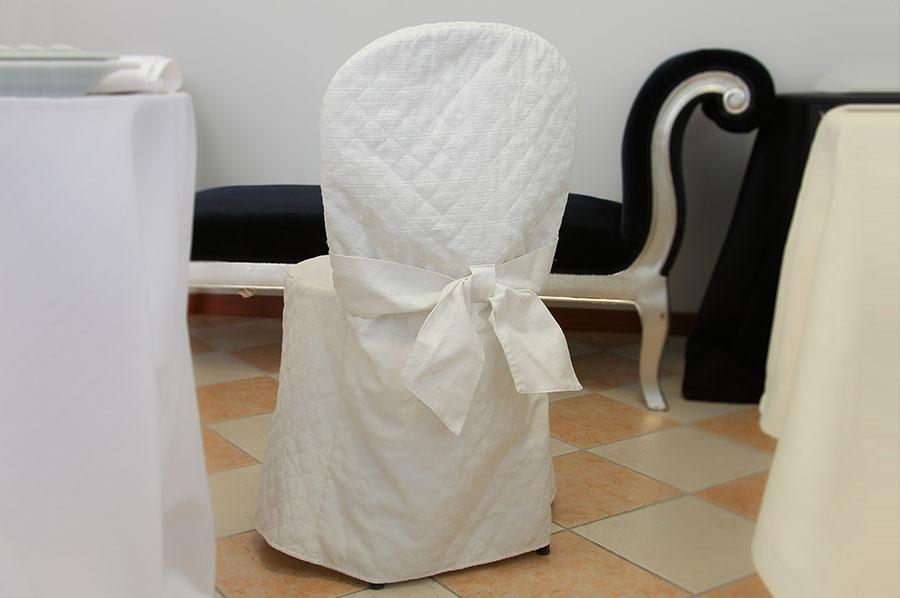 Sedie Bianche E Legno : Noleggio tavoli e sedie in legno plexiglass vimini per eventi l